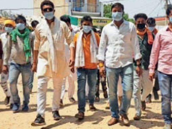 बारीगढ़| नगर के युवाअाें ने एसडीएम काे साैंपा ज्ञापन। - Dainik Bhaskar
