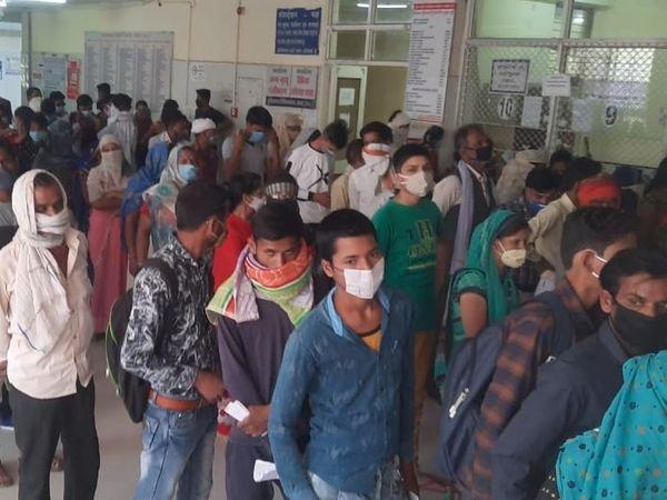 सागर बीएमसी की ओपीडी में मरीजों की लाइन लग रही है। कई मरीज मास्क नहीं लगा रहा, सोशल डिस्टेंस भी नहीं है। - Dainik Bhaskar
