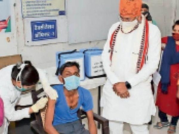 सांसद ने टीकाकरण केंद्र पर व्यवस्थाएं देखी। - Dainik Bhaskar