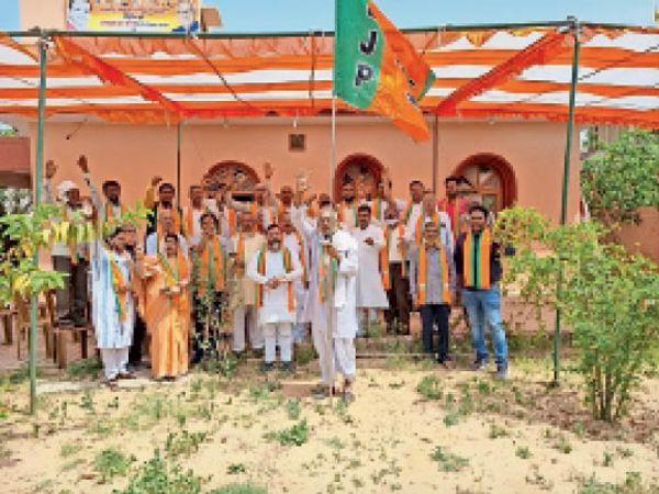 भाजपा स्थापना दिवस पर पार्टी का झंडा फहराते वरिष्ठ कार्यकर्ता बनवारी लाल । - Dainik Bhaskar
