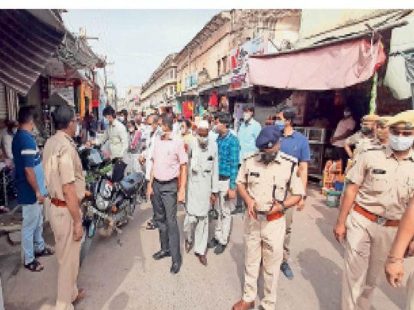 झुंझुनूं. बाजार में मास्क पहनने की अपील करते कलेक्टर व एसपी। - Dainik Bhaskar