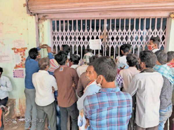 जिला सहकारी बैंक, बैंक ऑफ बड़ौदा, ग्रामीण बैंक सभी जगह सुबह भारी भीड़ लग जाती है। बैंक के भीतर भले ही सोशल डिस्टेंस का पालन हो रहा हो पर बाहर लोग नियम तोड़ने से बाज नहीं आ रहे। - Dainik Bhaskar
