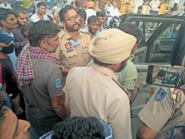चोर को थाने लेकर जाती पुलिस। - Dainik Bhaskar