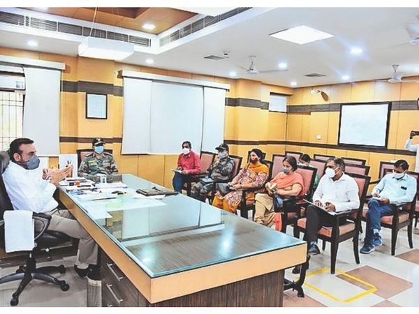 कोविड-19 पर अधिकारियों से मीटिंग करते डीसी कैप्टन मनोज कुमार। - Dainik Bhaskar