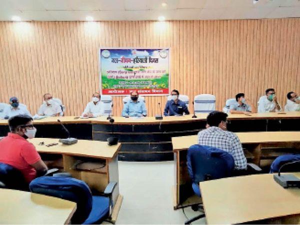 जल जीवन हरियाली दिवस पर परिचर्चा में शामिल डीएम रोशन कुशवाहा व अन्य। - Dainik Bhaskar