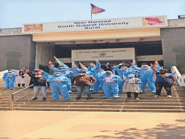एनएसयूआई के छात्रों ने यूनिवर्सिटी परिसर में पीईपी किट पहनकर किया प्रदर्शन - Dainik Bhaskar