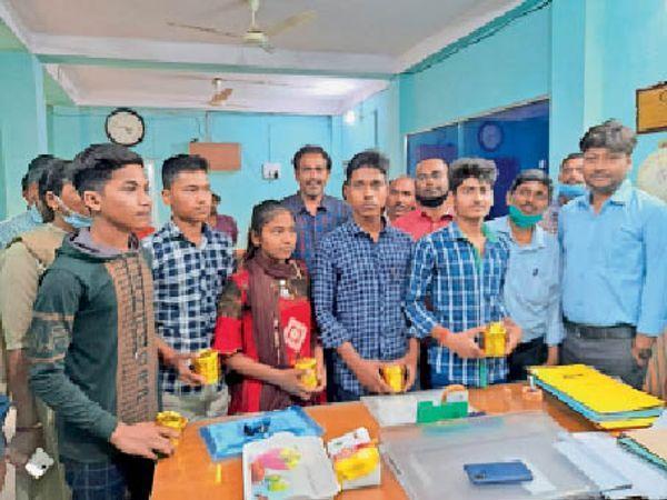 जिले के टॉपर छात्र-छात्रा के साथ अपने कार्यालय वेश्म में डीपीओ निशित प्रणीत सिंह। - Dainik Bhaskar