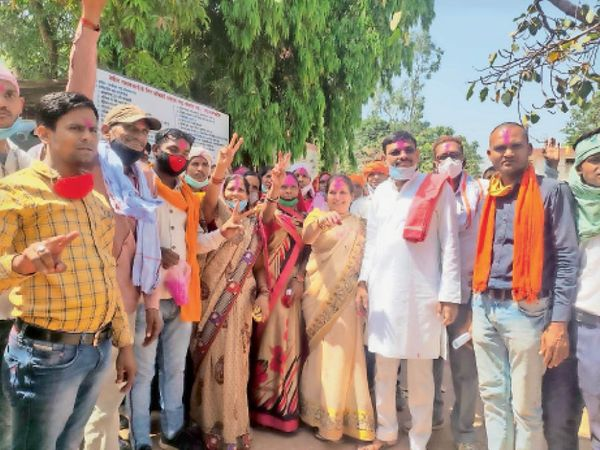 अविश्वास प्रस्ताव खारिज होने पर खुशी मनाते खपराडीह के ग्रामीण। - Dainik Bhaskar
