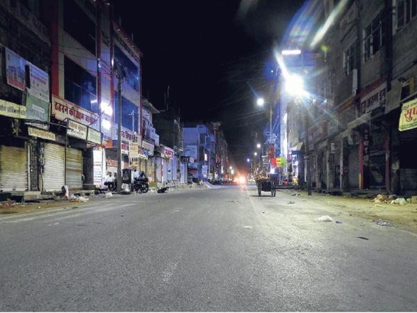 बाड़मेर .शहर में नाइट कर्फ्यू के बाद रात 8.30 बजे स्टेशन रोड बाजार में पसरा सन्नाटा। - Dainik Bhaskar