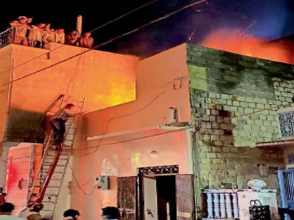 बाड़मेर. हमीरपुरा में मकान की दूसरी मंजिल में लगी आग से उठता धुंआ। - Dainik Bhaskar