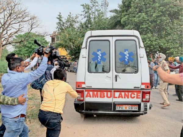 रोपड़ जेल के गेट नंबर 2 से करीब 100 पुलिसकर्मी एंबुलेंस में ले गए। - Dainik Bhaskar