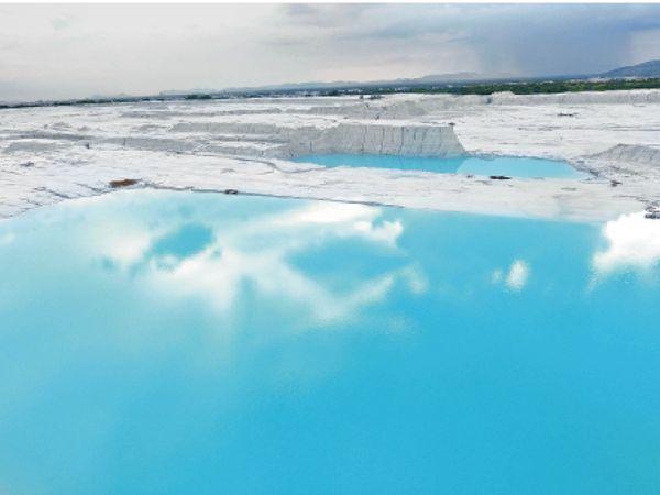 यहां बर्फीली चादर और समुद्री तट जैसा नीला पानी नजर आता है। - Dainik Bhaskar