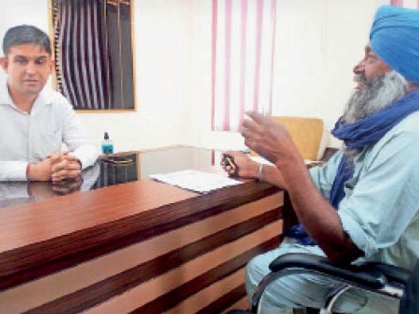 मार्केट कमेटी सचिव के सामने शिकायत करते मछोंडा के किसान। - Dainik Bhaskar