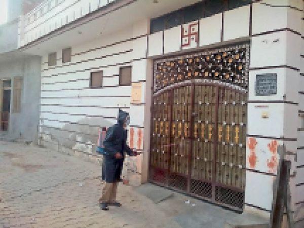 वार्ड नंबर छह में कोरोना रोगी मिलने पर सैनिटाइजेशन करते कर्मचारी। - Dainik Bhaskar
