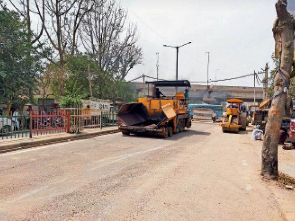 फोरलेन निर्माण के लिए कार्य करते कर्मचारी व मशीनें। - Dainik Bhaskar