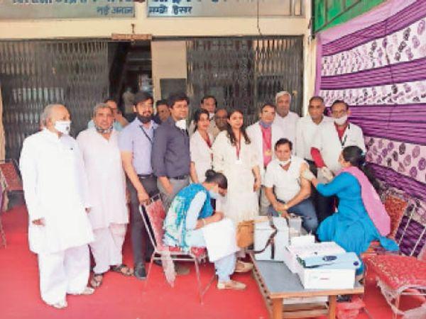 हिसार | महाराजा अग्रसेन चेरिटेबल ट्रस्ट अस्पताल में कोरोना से बचाव का टीका लगवाते लोग। - Dainik Bhaskar