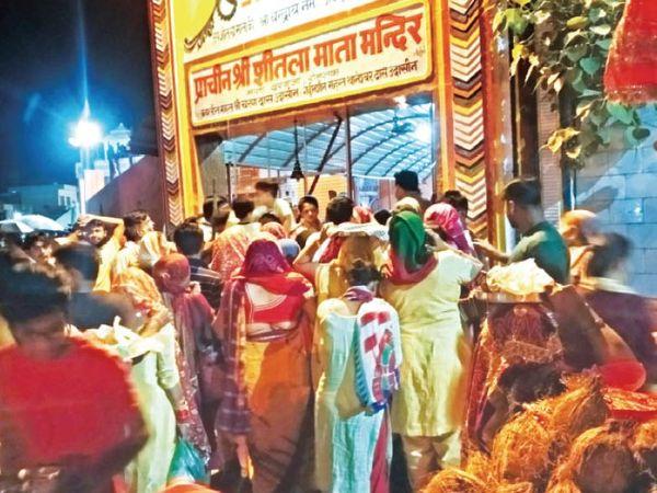 रोहतक. माता दरवाजा स्थित शीतला माता मंदिर में 30 अप्रैल तक किसी भी आयोजन पर रोक लगा दी गई है। बावजूद इसकें मंगलवार रात 12 बजे के करीब मंदिर के सामने श्रद्धालुओं की भारी भीड़ उमड़ी। ये लोग मंदिर में प्रवेश चाह रहे थे। पुलिस ने मौके पर पहुंच स्थिति को संभाला। }फोटो भास्कर - Dainik Bhaskar