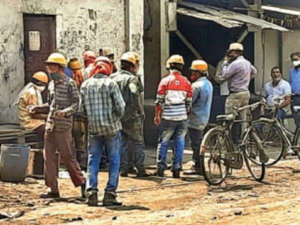 बीएसपी के अंदर स्थित कैंटीन के पास का नजारा, जहां प्रोडक्शन के दौरान श्रमिक सोशल डिस्टेंसिंग ही भूल गए। आसपास खड़े देखे गए। - Dainik Bhaskar