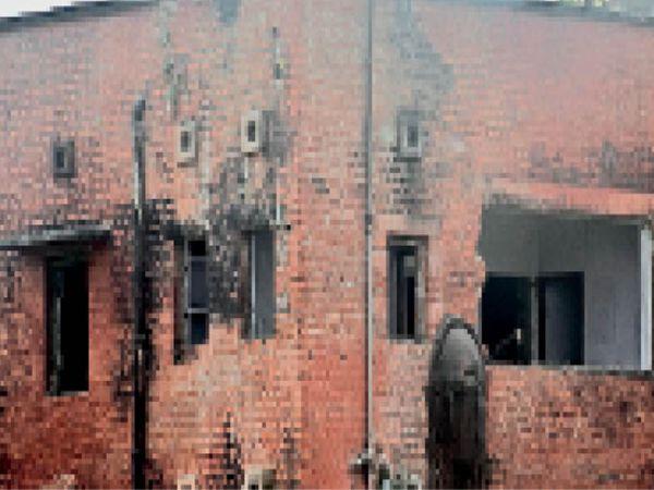 ब्रह्मपुरा रेलवे काॅलाेनी में भवन के उखाड़े गए चाैखट और किवाड़। - Dainik Bhaskar