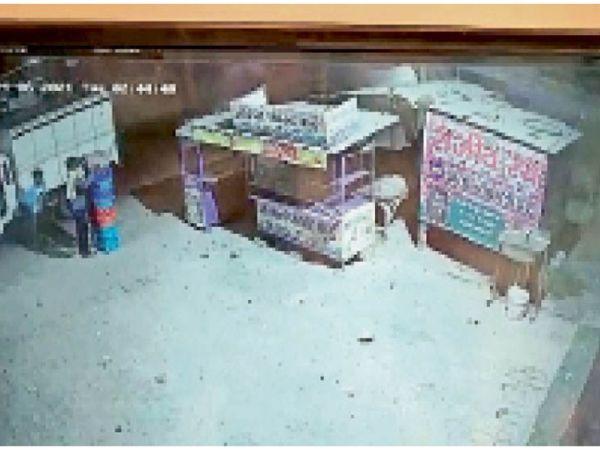 चाेर दुकान के बाहर रखा 18 कैरेट दूध आराम से उठा लेते हैं और गाड़ी में लाद कर चलते बनते हैं। - Dainik Bhaskar