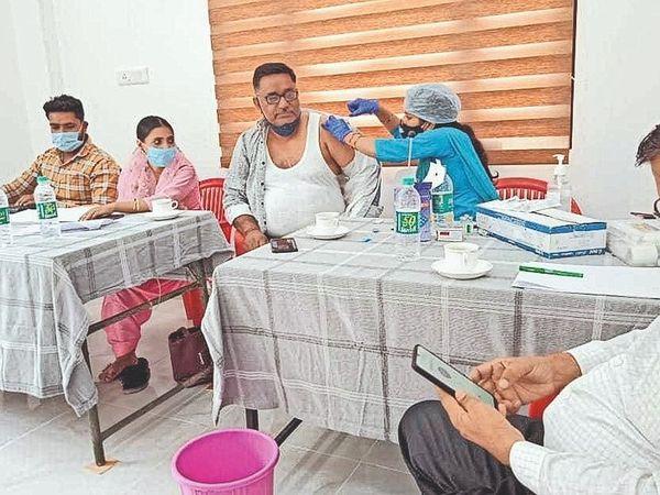 पानीपत. वैक्सीन लगवाते हुए अभिषेक पालीवाल । - Dainik Bhaskar