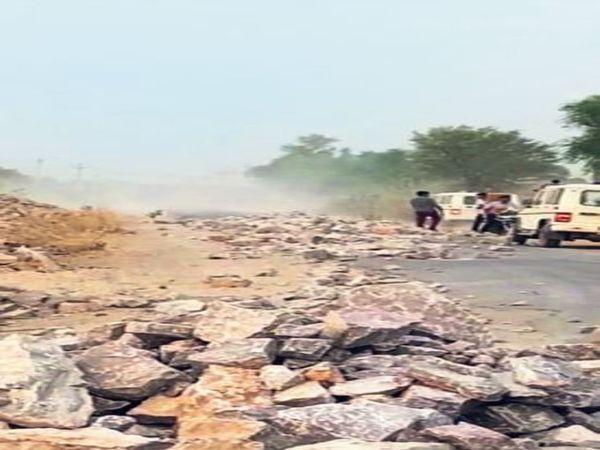 नागौर, रोड पर पत्थर बिखरने के बाद प्रशासन की गाड़ियां फंस गईं। - Dainik Bhaskar