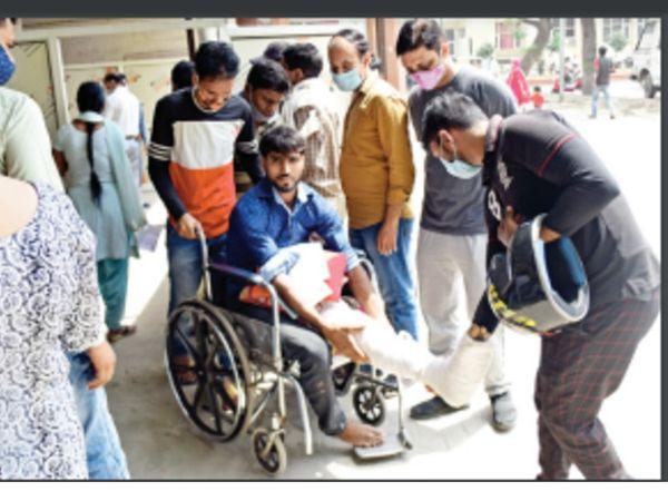पानीपत. पैर टूटने के कारण व्हील चेयर पर सिविल अस्पताल में काेराेना टेस्ट करवाने अाया संदीप। - Dainik Bhaskar