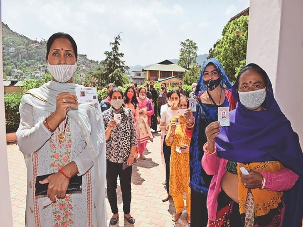 सोलन के वार्ड 6 में मतदान के लिए लगी महिलाओं की दो लाइनें। - Dainik Bhaskar