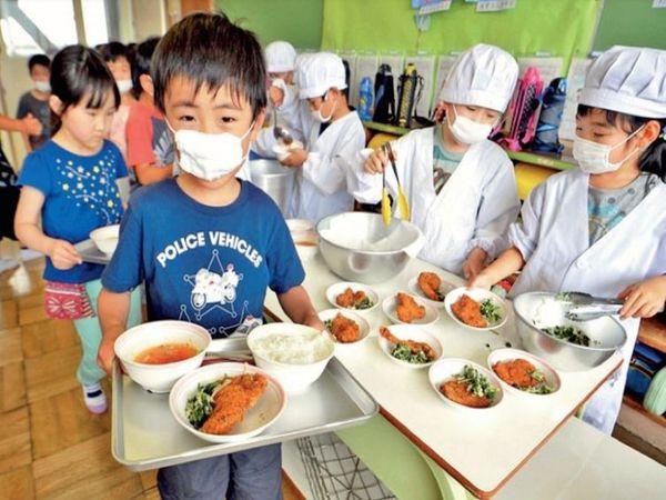 जापान के बच्चे दुनिया में सबसे स्वस्थ हैं। क्योंकि ये तन और मन दोनों से स्वस्थ बन रहे हैं। यहां हर बच्चे के लिए स्कूल में लंच जरूरी है। इस बात का ध्यान रखा जाता है कि भोजन से उन्हें 600 से 700 कैलोरी जरूर मिले। - Dainik Bhaskar