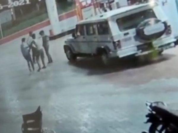 उडसर पेट्रोल पंप पर कर्मचारी के साथ मारपीट और उसे साथ में ले जाने का मामला CCTV कैमरे में कैद हो गया। - Dainik Bhaskar