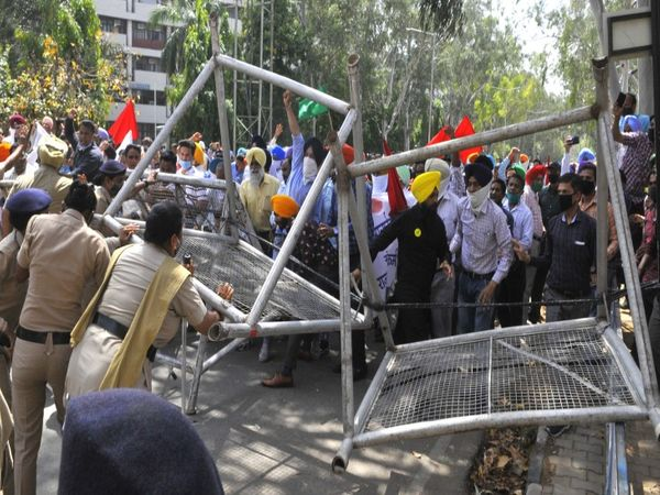 सिंधी स्वीट्स के पास रेड लाइट से पहले पार्किंग के पास पुलिस और प्रदर्शनकारियों में जोरदार धक्का मुक्की हुई और राजभवन की ओर कूच करने के लिए पावरमैन बैरिकेडिंग तोड़ते हुए आगे बढ़े। - Dainik Bhaskar
