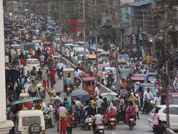 तस्वीर रायपुर के मालवीय रोड की है। लॉकडाउन की खबरों के बाद शाम को शहर के इस मुख्य बाजार की सड़क का नजारा डरा रहा है। - Dainik Bhaskar
