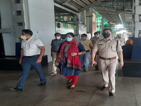 तस्वीर रायपुर रेलवे स्टेशन की है। कुछ दिन पहले यहां आला अफसरों ने कोविड प्रोटोकॉल को लेकर एक इंस्पेक्शन किया था। - Dainik Bhaskar