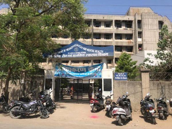 अस्पताल में सुबह मरीजों की कतार लगी थी। - Dainik Bhaskar