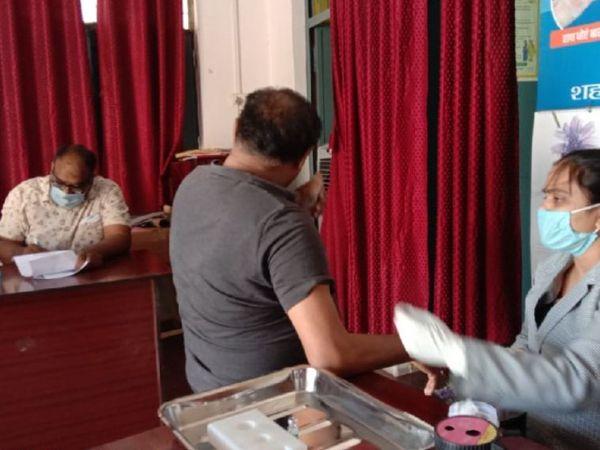 ढेकहा संजीवनी अस्पताल में टीकाकरण कराते लोग - Dainik Bhaskar