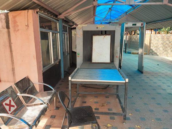 जयपुर रेलवे स्टेशन के दूसरे एंट्री गेट पर खराब पड़ी लगेज स्कैनर मशीन। - Dainik Bhaskar