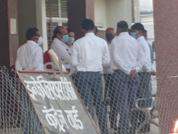 सतना जिला अस्पताल के ट्रॉमा सेंटर के बाहर न्यायाधीश व न्यायिक कर्मचारी। - Dainik Bhaskar