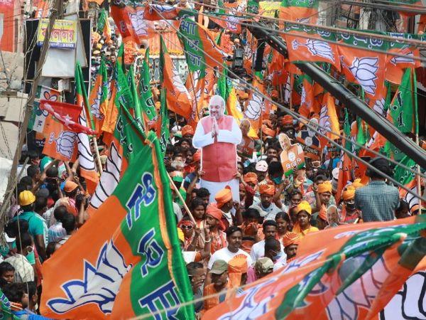 गृहमंत्री अमित शाह ने बंगाल के सिंगूर और दोमजुर में बुधवार को रोड शो किया।
