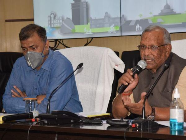 स्मार्ट सिटी की समीक्षा बैठक करते उपमुख्यमंत्री तारकिशोर प्रसाद। - Dainik Bhaskar