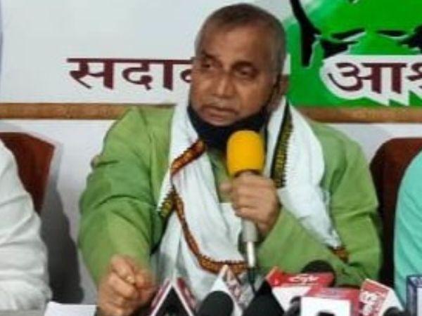 प्रेस कॉन्फ्रेंस के दौरान कांग्रेस नेता अवधेश सिंह। - Dainik Bhaskar
