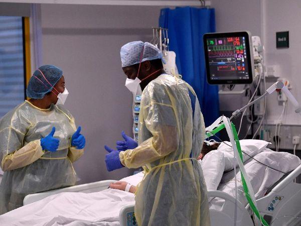 The photo is from the UK.  Here doctors treating corona patients in ICU.  More than 2500 new corona patients are being found every day in the UK.  - Dainik Bhaskar