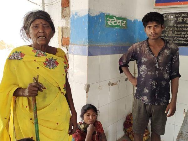 मौत के बाद अस्पताल में सुभाष की मां। - Dainik Bhaskar