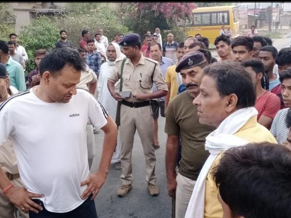 औरंगाबाद-पटना हाईवे जाम कर रहे आक्रोशित लोगों को समझाती पुलिस। - Dainik Bhaskar