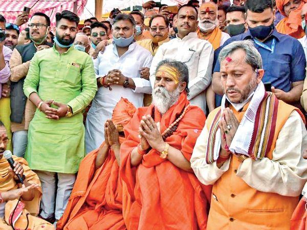 हर की पैड़ी पर मंगलवार को गंगा पूजन और 151 शंखों के नाद के साथ कुंभ का औपचारिक आगाज हुआ, इस मौके पर सीएम तीरथ सिंह रावत भी मौजूद थे, इस दौरान मास्क को लेकर लापरवाही भी दिखी। - Dainik Bhaskar