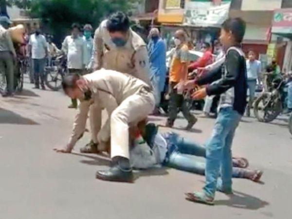 पुलिस जवान पीटते रहे और बेटा छोड़ने के लिए गिड़गिड़ाता रहा।