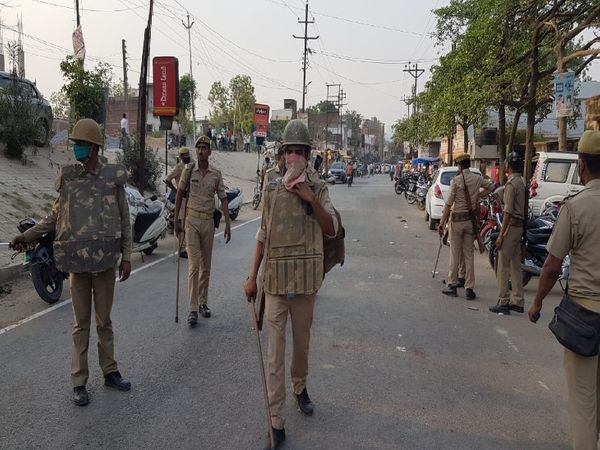 यूपी के आजमगढ़ में मंगलवार को एक व्यापारी के साथ मास्क को लेकर हुए दुर्व्यवहार के बाद आज बाजार पूरी तरह से बंद दिखायी दिया। हालांकि इस दौरान सड़कों पर भारी संख्या में पुलिस की तैनाती की गई थी। - Dainik Bhaskar