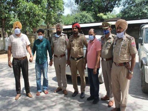 पुलिस हिरासत में दोनों नशा तस्कर। - Dainik Bhaskar