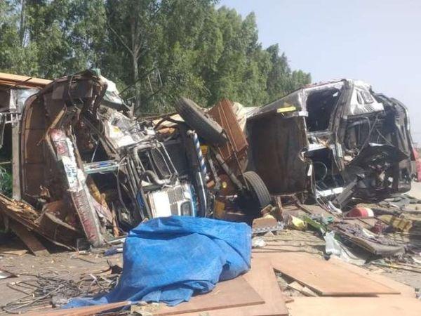 आमने-सामने की टक्कर के बाद बीच सड़क पड़े क्षतिग्रस्त ट्रक। - Dainik Bhaskar