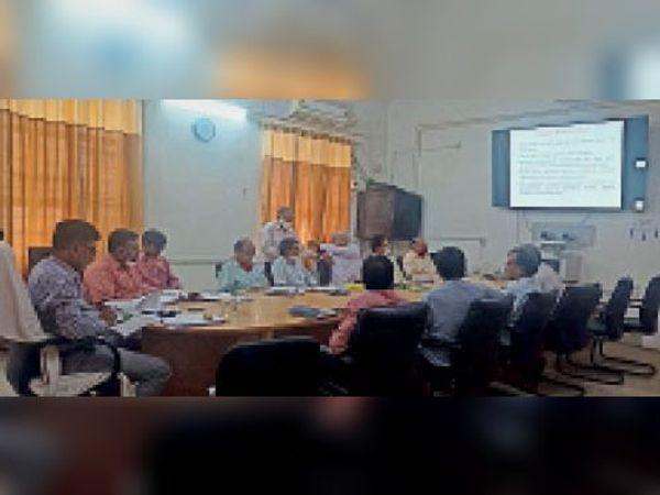 धौलपुर. बैठक में मौजूद अधिकारी। - Dainik Bhaskar
