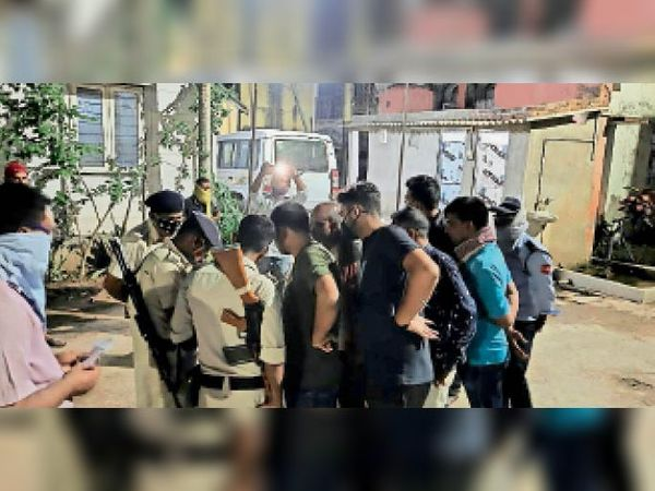 जगदीशपुर के सियरूआ में अधेड़ की हत्या के बाद पहुंची पुलिस। - Dainik Bhaskar